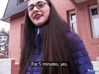 公共代理年轻俄罗斯人在他妈的一个大公鸡的眼镜