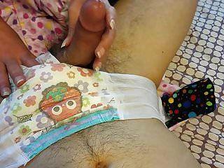 尿布的男孩得到一份手工和cums