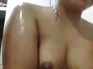 印度尼西亚女孩在凸轮上洗澡