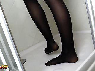 红头发在黑色连裤袜洗澡