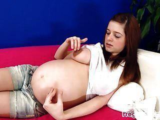 在沙发上变得赤身裸体和自慰!