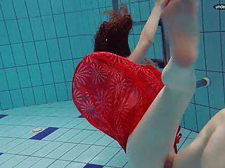 红色穿着青少年游泳,她的眼睛打开