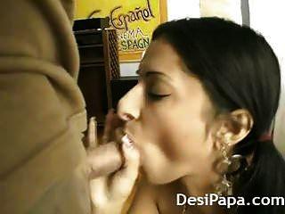 美丽的印度大学女孩大公鸡吮吸者