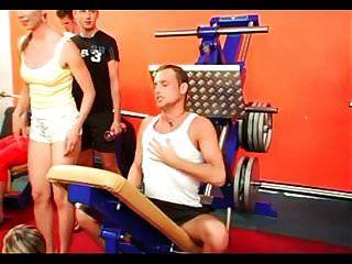 双性恋狂欢在健身房第1部分