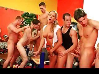在健身房第2部分的双性恋狂欢