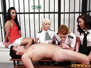 女英国警察拉扯他的牢房
