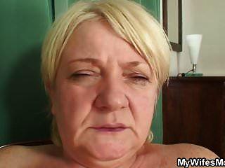 角质丰满的金发奶奶骑着他的阴茎
