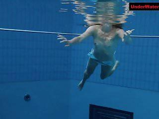 在水下表演中弹跳战利品