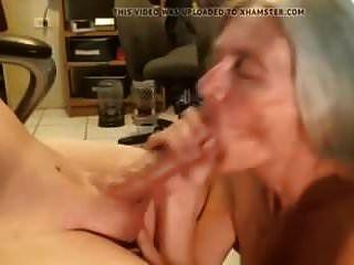 奶奶吮吸年轻的公鸡