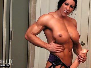 巨大的女性健美运动员大公鸡