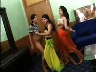 3个性感的印度女孩裸体舞蹈