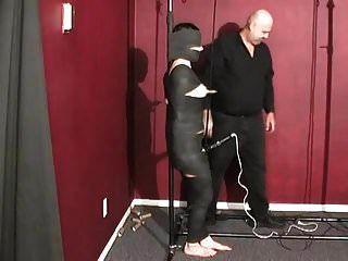 木乃伊妓女得到了乳头折磨和振动器