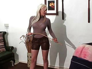 皮革热的年轻金发女主人的惩罚惩罚
