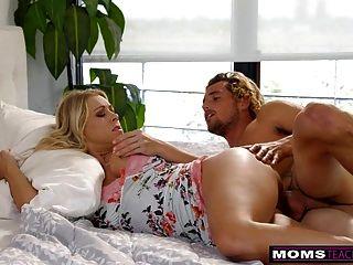 momsteachsex妈妈和儿子分享床和他妈的s7:e3