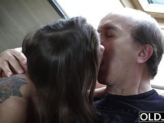 爷爷抓住了我的继女自慰,操他妈