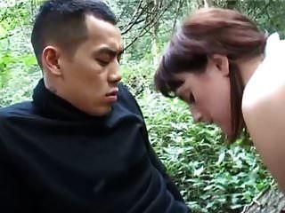 业余胖乎乎的需要在树林里的亚洲人