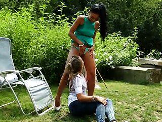 两个年轻的宝贝在fetishgreg88在花园里撒尿