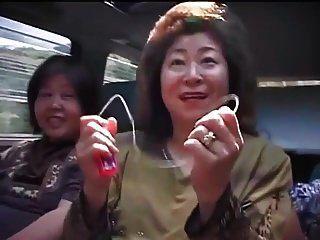 旅行的成熟亚裔妇女