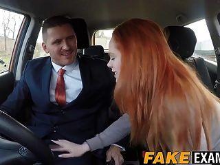 redhead hottie ella hughes在车里得到了小狗的风格