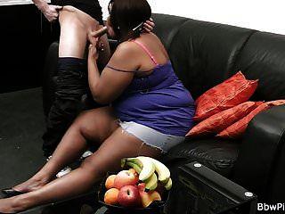 巨大的胸部乌木在第一次约会时传播腿部