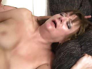 真正的成熟母亲使用和儿子性交