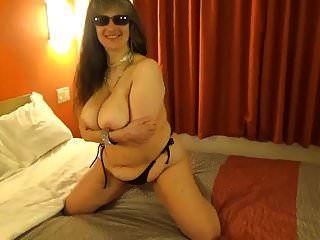tinja滴黑色比基尼上衣,以显示完美的乳房