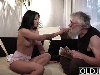 老年轻的色情性感青少年性交在沙发上的老人