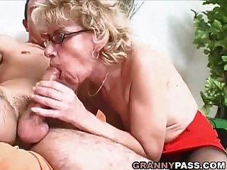 奶奶荡妇想要年轻的家伙