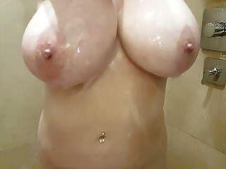 我正在用大自然乳房洗澡