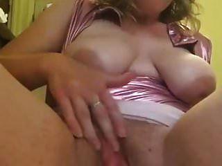 骑她的假阳具和显示她的阴部