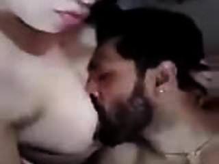 欺骗阿拉伯妻子吃了她的胸部