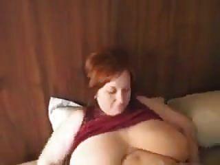 丰满的红发妈妈与巨大的天然胸部