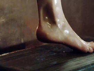 艾米莉亚克拉克显示山雀和屁股走出浴缸