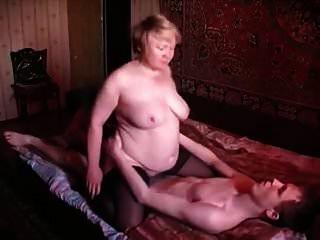 俄罗斯妈妈和儿子俄罗斯老妇和小男孩3
