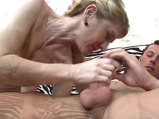 捷克妈妈吮吸和他妈的小儿子