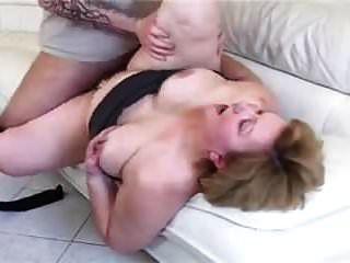 BBW奶奶和大屁股性交在沙发上