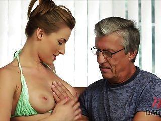 daddy4k。 在游泳池后与她的父亲发生性关系
