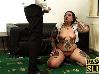 莉莉残酷地让她的喉咙和阴茎充满了一只公鸡