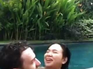 印度尼西亚人他妈的在游泳池里住
