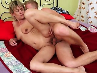 性感的金发奶奶被小男孩搞砸了
