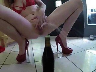 soo他妈的热宝贝穿着红色高跟鞋小便由fetishgreg88