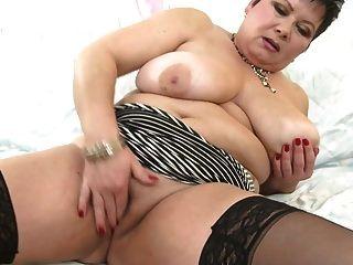 热的成熟妈妈与巨大的山雀和饥饿的阴道