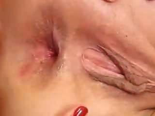 舌头深深地插入她张开的混蛋中