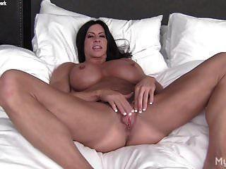 裸体女性健美运动员玩她的大阴蒂和阴唇