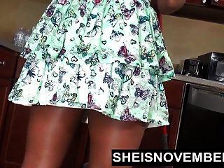 sheisnovember裸露在厨房和掀动乌木屁股拖
