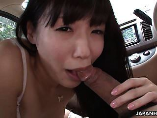 布鲁内特的亚洲姑娘舔着家伙的充气球