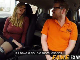 弯曲的英国skank麦迪逊斯图尔特撞在驾驶学校车