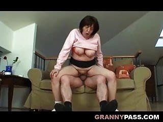 丰满的胖奶奶与爷爷发生性关系