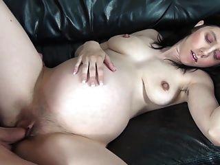 怀孕的熟女性交她的丈夫