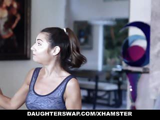 daughterswap可爱的娇小青少年被体操运动员爸爸搞砸了